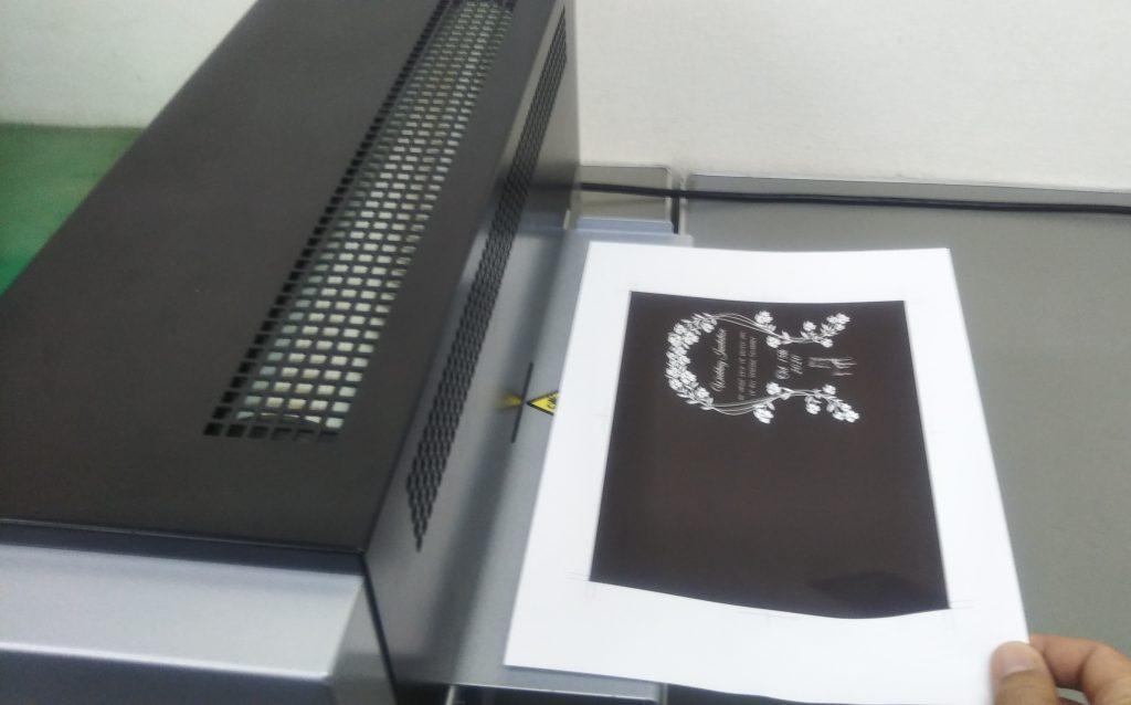 プリンターで出力した印刷物を箔押し機に通す。